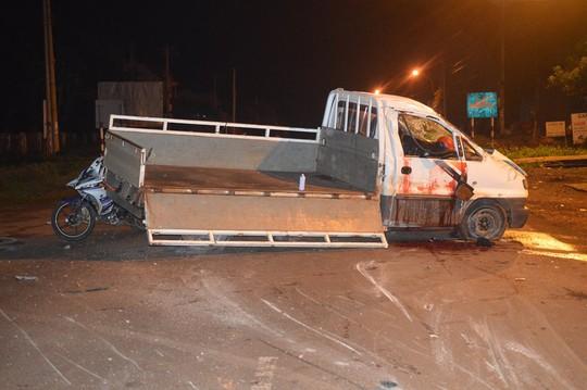 Lật xe tải lúc rạng sáng, 2 người tử nạn