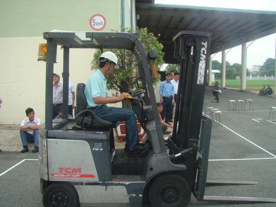 Thí sinh tham gia hội thi lái xe nâng do Công đoàn Tổng Công ty Công nghiệp Sài Gòn tổ chức