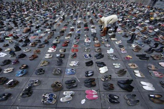 Hàng ngàn đôi giày được để lại tại Quảng trường Republique. Ảnh: Reuters