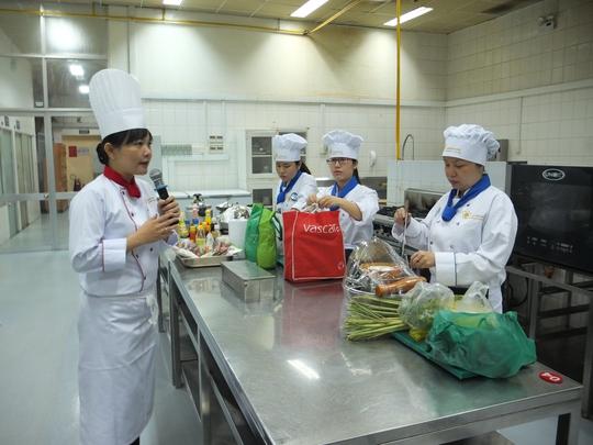 Cô Võ Thị Mỹ Vân - Trưởng Bộ môn Bếp Trường Trung cấp Du lịch và Khách sạn Saigontourist dặn dò các thí sinh trước khi cuộc thi khởi động