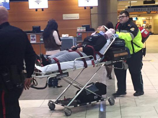 Hành khách bị thương được đưa đến bệnh viện. Ảnh: Twitter
