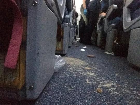Cảnh tượng trên máy bay gặp nhiễu động. Ảnh: Twitter