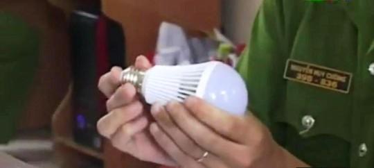 Khi chạm tay vào đui, bóng đèn sẽ phát sáng.