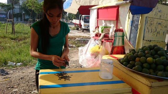 Chị bán hàng rong trên đoạn đường này cũng nhặt được hàng nắm đinh mỗi ngày.