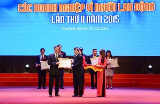 Ông Trần Thanh Hải, Phó Chủ tịch Thường trực Tổng Liên đoàn lao động Việt Nam, tặng bằng khen cho các DN tiêu biểu