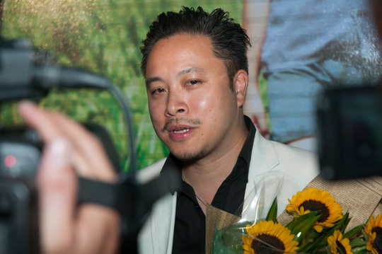 Victor Vũ trả lời phỏng vấn báo giới