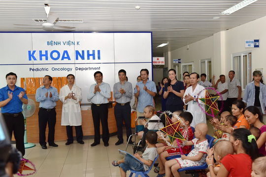 Lãnh đạo BV K tổ chức cho bệnh nhi ung thư đón Trung thu sớm trong bệnh viện