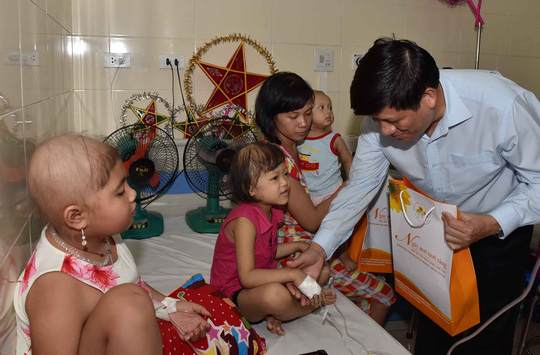 GS-TS Nguyễn Thanh Long, Thứ trưởng Bộ Y tế, tặng quà Trung thu và động viên bệnh nhi ung thư tại Bệnh viện K