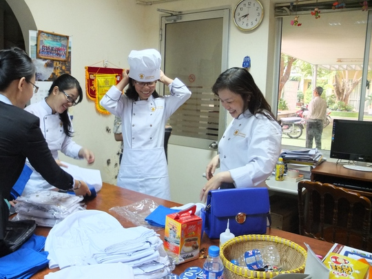 Các thí sinh thay trang phục chuẩn bị phần thi nấu ăn