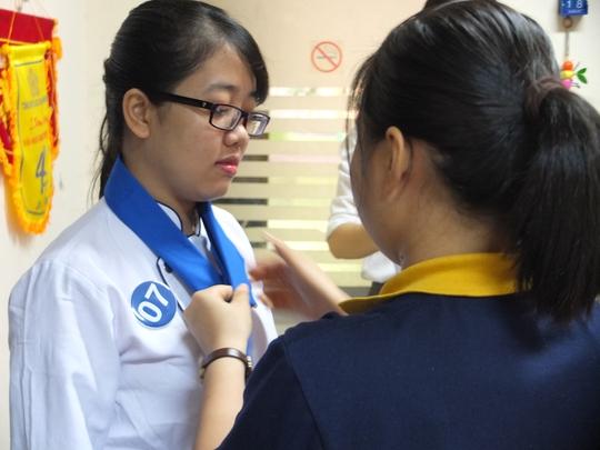 Được nhân viên Trường Trung cấp Du lịch & Khách sạn Saigontourist hỗ trợ phần trang phục.