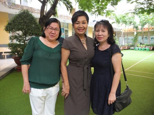 Trong khi đó, ngoài khuôn viên trường, nghệ sĩ hài Xuân Hương (giữa) xuất hiện rạng rỡ. Chị là một trong 3 thành viên giám khảo trong phần thi nấu ăn