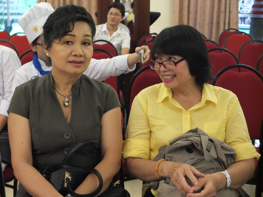 Nghệ sĩ hài Xuân Hương trò chuyện cùng chị Nguyễn Thị Lệ Thủy- Thư ký tòa soạn Báo Người Lao Động và cũng là giám khảo phần thi nấu ăn sáng 5-9.