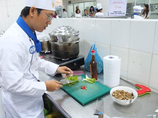 Thí sinh Lê Hùng Phương tất bật món cháo nhộng ong