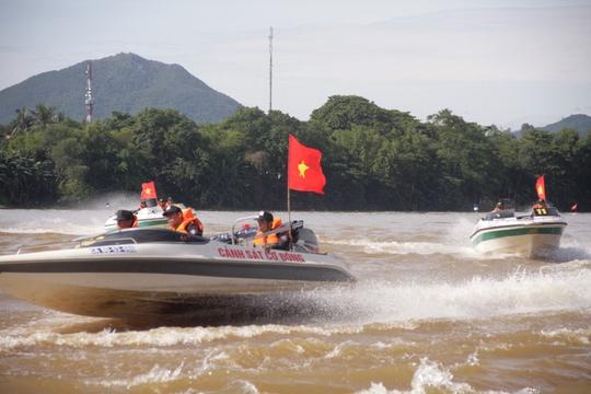 Đội hình ca nô của cảnh sát cơ động diễn tập theo hình zích zắc trong tấn công, truy bắt tội phạm trên thủy