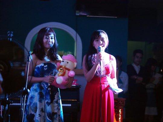 Diễn viên Mai Phương cũng tham gia hát và đấu giá từ thiện