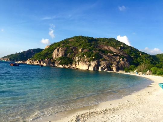 Phong cảnh hoang sơ quyến rũ của bãi Nhà cũ trên đảo Bình Ba.
