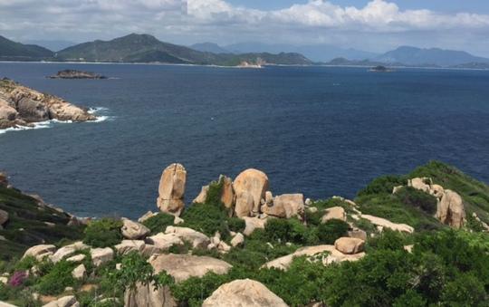 Vịnh Cam Ranh nhìn từ hải đăng hòn Chút