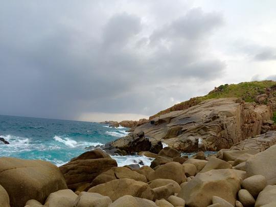 Bãi đá trứng với những tảng đá tròn xếp chồng lên nhau trên đảo Bình Hưng