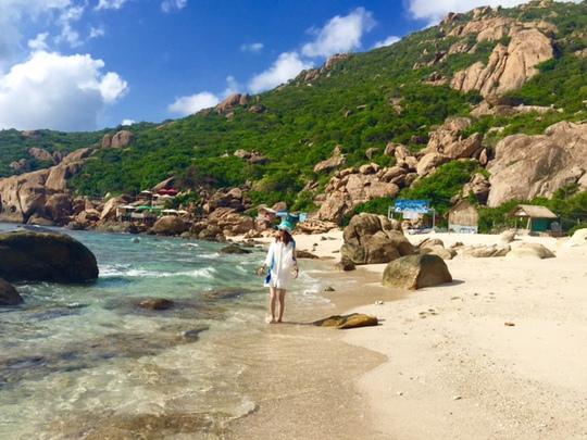 Vẻ đẹp hút hồn với bãi cát dài nước trong tận đáy ở bãi Nồm