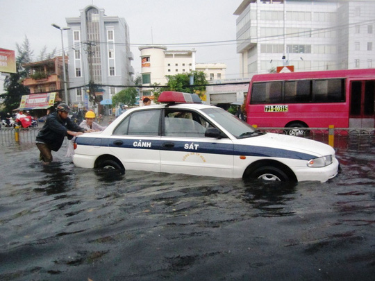 Xe cảnh sát cũng bị chết máy giữa dòng nước đen ngòm