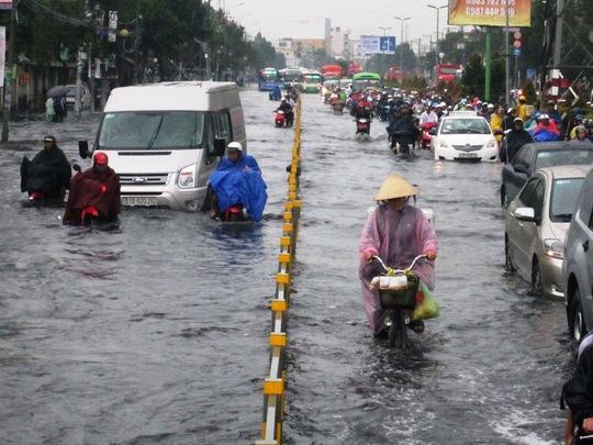 Cơn mưa kéo dài khoảng 30 phút nhưng khiến đường Kinh Dương Vương (quận Bình Tân) ngập gần nửa mét