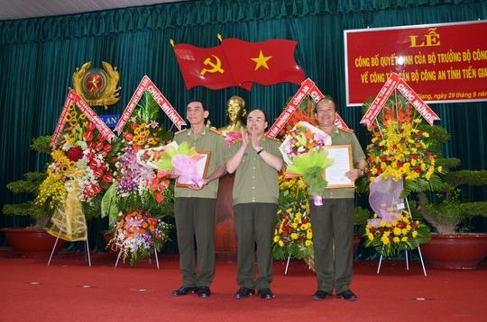 Thượng tướng Bùi Quang Bền trao quyết định cho thiếu tướng Nguyễn Quốc Diệp và đại tá Nguyễn Hữu Trí