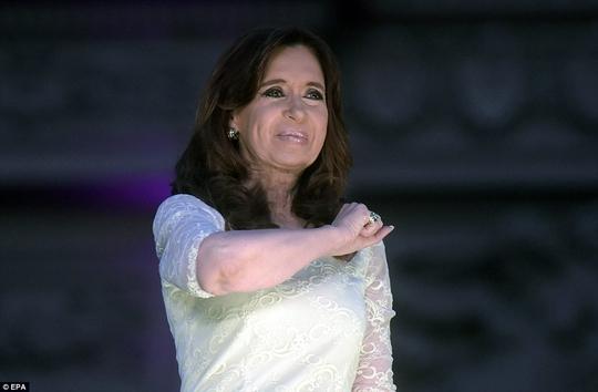 Bà Cristina Fernandez de Kirchner phát biểu chia tay người ủng hộ Ảnh: EPA
