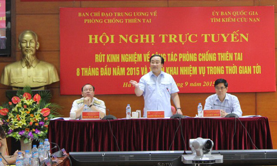 Phó Thủ tướng Hoàng Trung Hải (đứng) yêu cầu đặc biệt phải đảm bảo an toàn cho người và phương tiện trên biển, cũng như đảm bảo an toàn cho người dân trên đất liền khi bão đổ bộ và hoàn lưu bão gây mưa lũ lớn sau bão