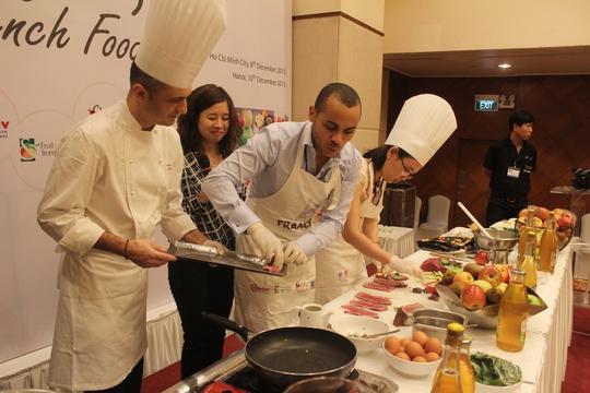 Các đầu bếp của Pháp đang chế biến các món ăn từ thịt bò và táo của nước mình trong sự kiện Bonjour French Food.