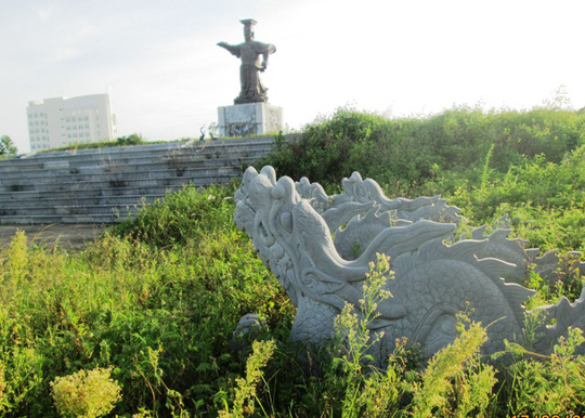 Tượng được dựng lên đúng vào dịp Đại lễ 1.000 năm Thăng Long - Hà Nội, nhưng theo thời gian, công trình đang dần xuống cấp