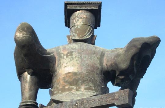 Toàn thân bức tượng Vua Đinh bị hoen ố, mốc xanh