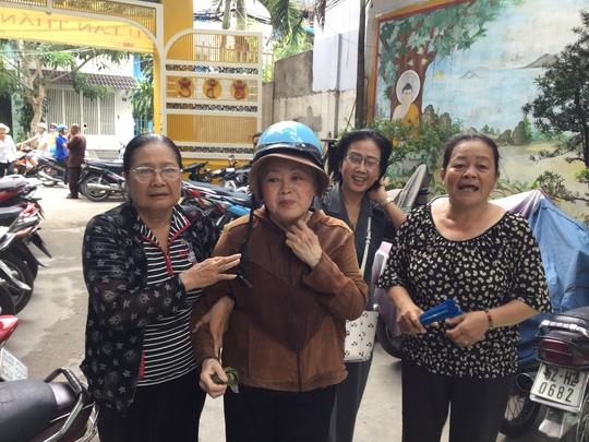 Diệp Tuyết Anh, Thanh Nguyệt, Diệu Huê và Hoa Lan tại chùa Bửu Quang, quận 8