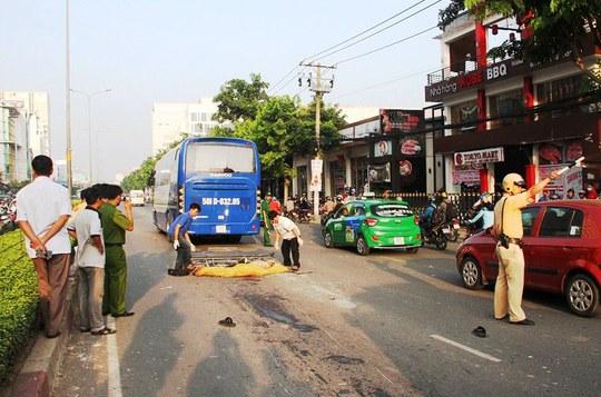 Sau khi băng sang đường, người đàn ông vấp cáp nên té xuống, bị xe ô tô đi ngang cán tử vong.