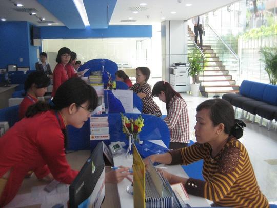 Người dân tìm hiểu lãi suất tiền gửi tại VietBank chi nhánh TPHCM vào sáng 2-11