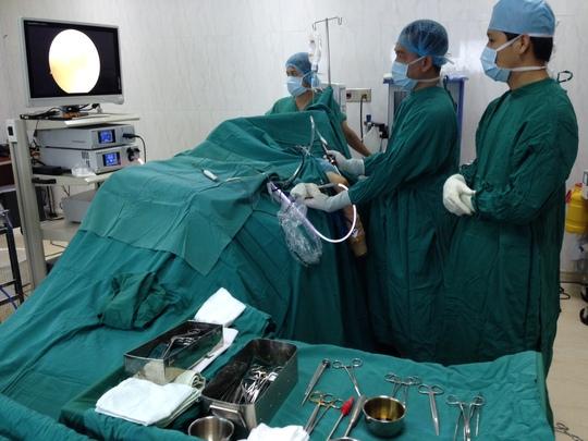 Các bác sĩ đã lấy sạn, mài xương trong khớp để lại chức năng vận động cho bệnh nhân