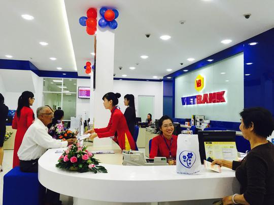 Người dân mở sổ tiết kiệm tại Vietbank chi nhánh Cần Thơ