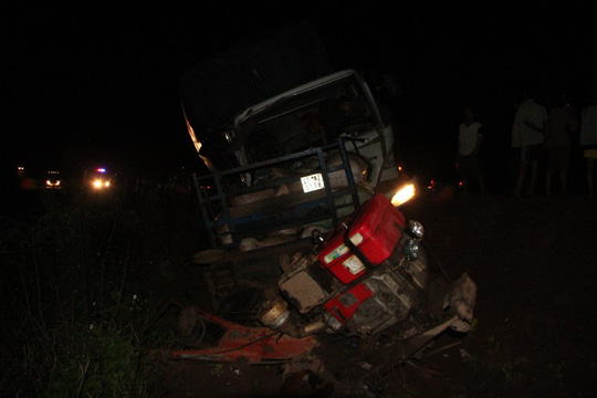 Hiện trường vụ tai nạn xe tải ủi xe công nông làm 5 người bị thương, đêm 7-10