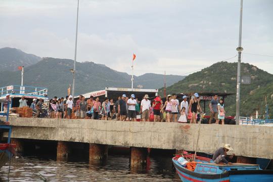 """Trở lại Bình Ba sau ngày """"Quy chế đảm bảo an ninh, an toàn căn cứ quân sự Cam Ranh"""" có hiệu lực (6-11-2015) khách vẫn về đảo thăm thú."""