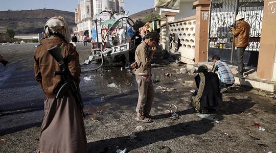 Một phiến quân Houthi đứng bên ngoài một ngôi đền ở thủ đô Sanaa của Yemen hôm 7-10. Ảnh: REUTERS