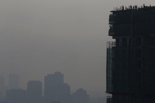 Thủ đô Kuala Lumpur ở Malaysia cũng chìm trong khói mù. Ảnh: REUTERS