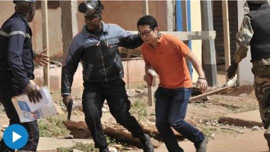 Một người được đưa khỏi vụ tấn công vào khách sạn Radisson tại thủ đô của Mali hồi tháng 11. Ảnh: AP
