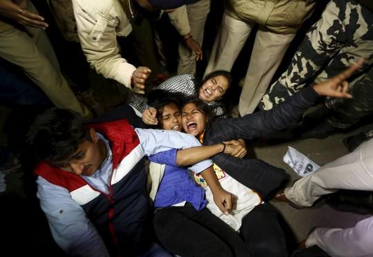 Cảnh sát trấn áp người biểu tình phản đối phóng thích kẻ cưỡng hiếp ở New Delhi ngày 20-12. Ảnh: REUTERS