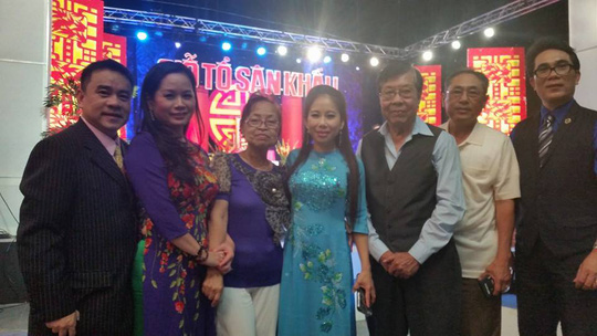 Soạn giả Yên Lang (người thứ ba từ phải sang) cùng các nghệ sĩ hải ngoại tổ chức giỗ Tổ sân khấu tại Mỹ