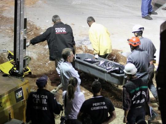 Những người bị thương được đưa đi cấp cứu. Ảnh: EPA