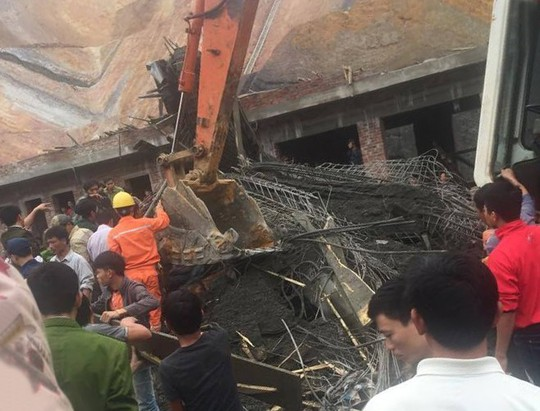 Lực lượng cứu hộ đang khẩn trương tìm kiếm, giải cứu nạn nhân dưới đống đổ nát sập giàn giáo xây dựng cây xăng - Ảnh: CTV