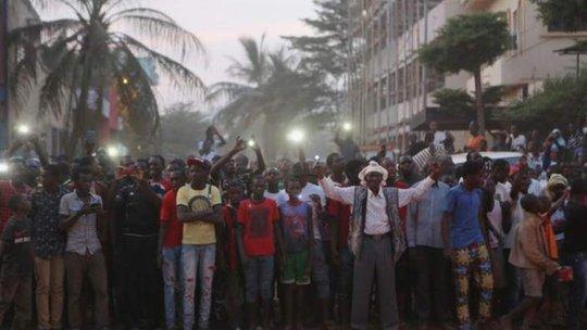 Người dân Mali tập trung quanh hiện trường khen ngợi lực lượng an ninh. Ảnh: Reuters