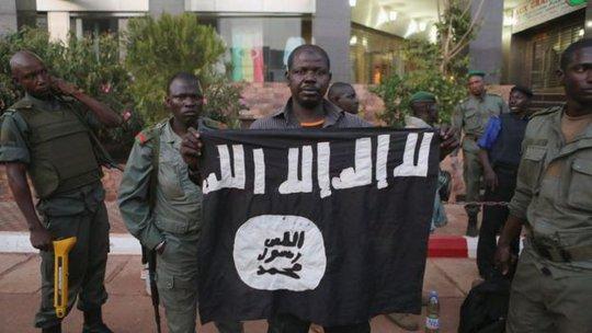 Giới chức an ninh Mali cho thấy một lá cờ thánh chiến mà họ nói thuộc về những kẻ tấn công. Ảnh: Reuters