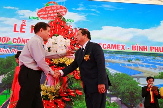 Nguyên Chủ tịch nước Nguyễn Minh Triết chúc mừng ông Nguyễn Văn Trăm - Chủ tịch UBND tỉnh Bình Phước - tại lễ khởi công khu liên hợp công nghiệp - đô thị