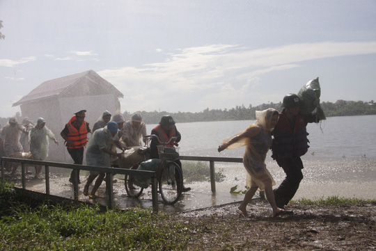 Khuân vác đồ đạc cho người dân ra khỏi vùng bão
