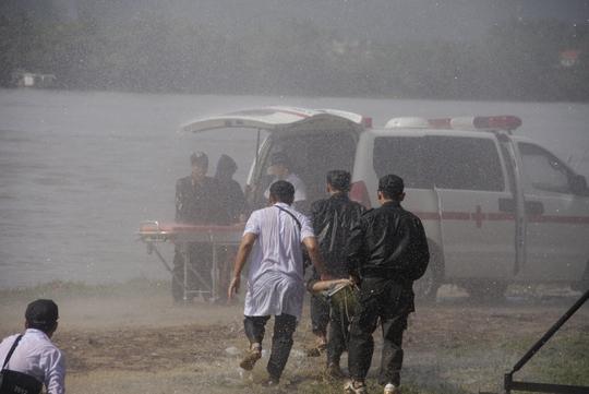 Nhanh chóng đưa người bị thương lên xe để đưa đến bệnh viện